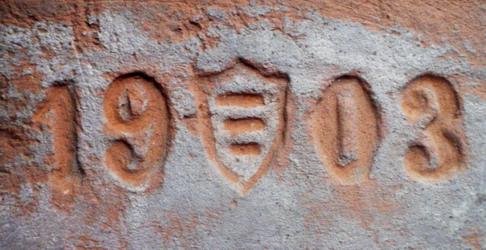 Был найден в с.Ставище Киевской губернии - поместье графов Браницких. На нем изображен фамильный герб «Корчак» (Korczak) этого рода. Датируется годом, когда Ставищами владел граф Владислав Александрович Браницкий.